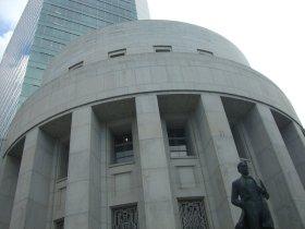 大阪証券取引所の正面からビルを見上る