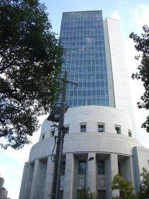少し離れて大阪証券取引所の全体を見る