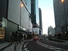グランフロント大阪の前の道